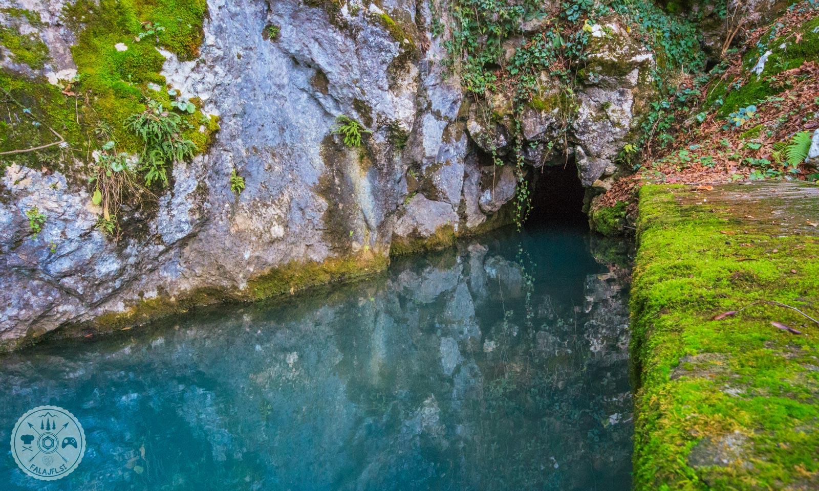 Dvorec Podgrad izvir potoka Podgrajščica