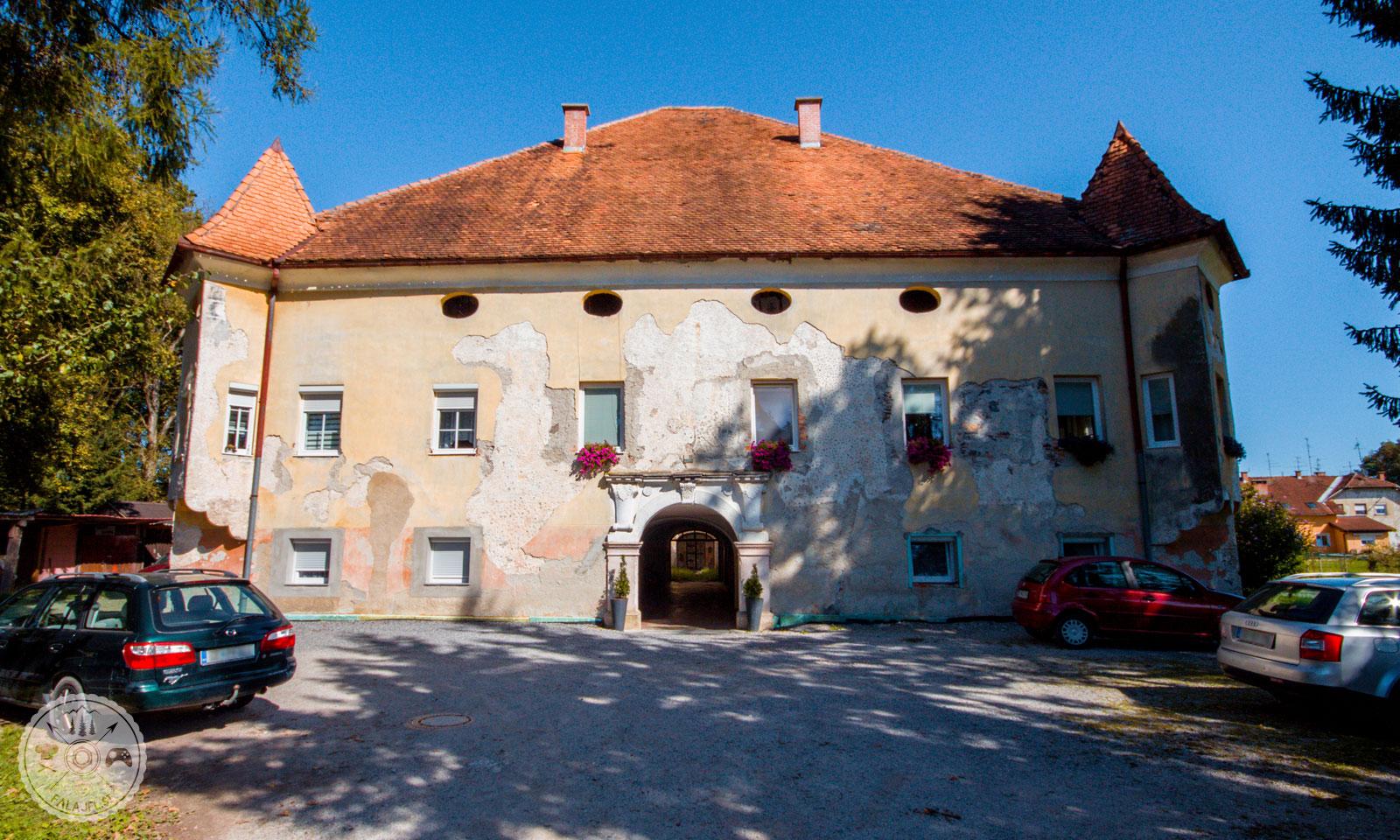 dvorec Češenik